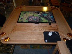 Um pouco de tecnologia também ajuda. Imagina a agilidade para exibir mapas, consultar livros e etc. Esta mesa é bem interessante!